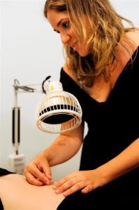 מנורת החימום ממוקדת עמעל הבטן התחתונה, מאפשרת חימום מקומי והקלה מיידית בכאב.